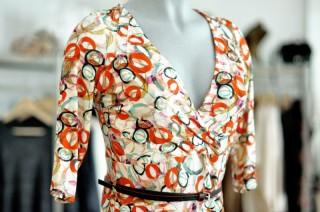 gemustertes Jerseykleid mit Gürtel