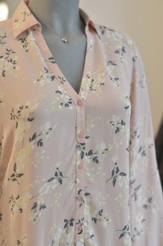 Zartrosanes Kleid mit japanisch-angehauchtem Blumenmuster