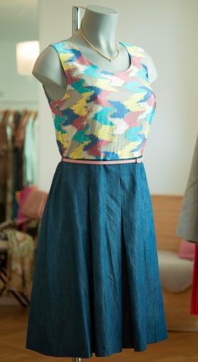tailliertes Kleid mit angesetztem Faltenrockteil