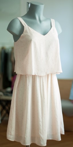 Zartrosanes Kleid mit Punkten
