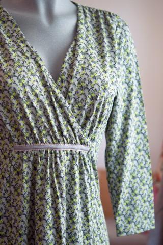 Kleid mit Blumendesign in Grau & Grüntönen