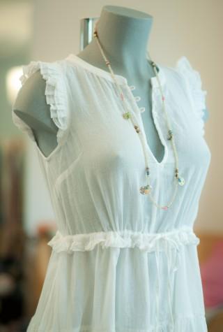 weißes ärmeloses Volant-Kleid