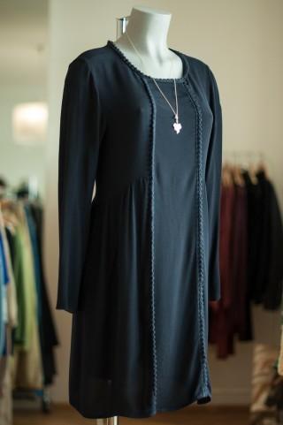 dunkelblaues Kleid mit Häkeldetails