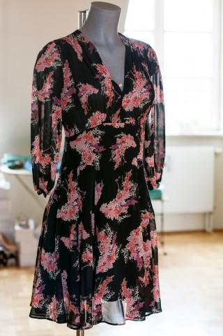 Nachtblaues Kleid mit zartem Blumenmuster