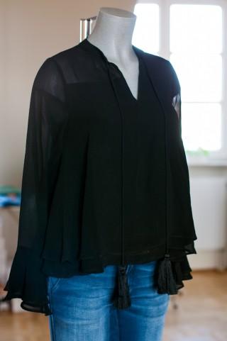luftige schwarze Bluse mit weiten Ärmel