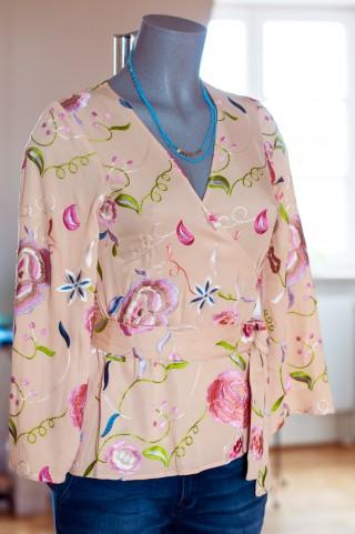 Wickelbluse mit Blumen im Kimono Schnitt