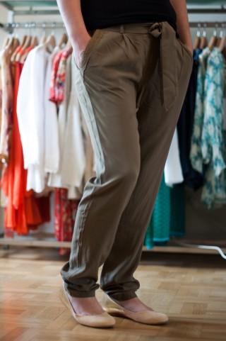 leichte Sommerhose mit Gürtel in Khaki
