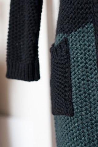 schwarzer Strickmantel mit dunkelgrüner Borte
