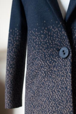 gerader dunkelblauer Mantel mit cremefarbenem Muster