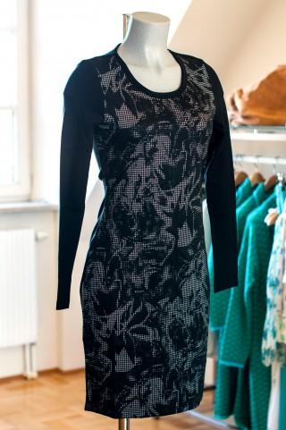 tailliertes schwarzes Kleid mit Rastermuster