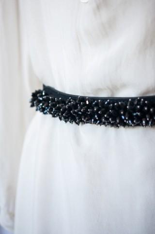 schwarzer Tailliengürtel mit funkelnden Schmucksteinen